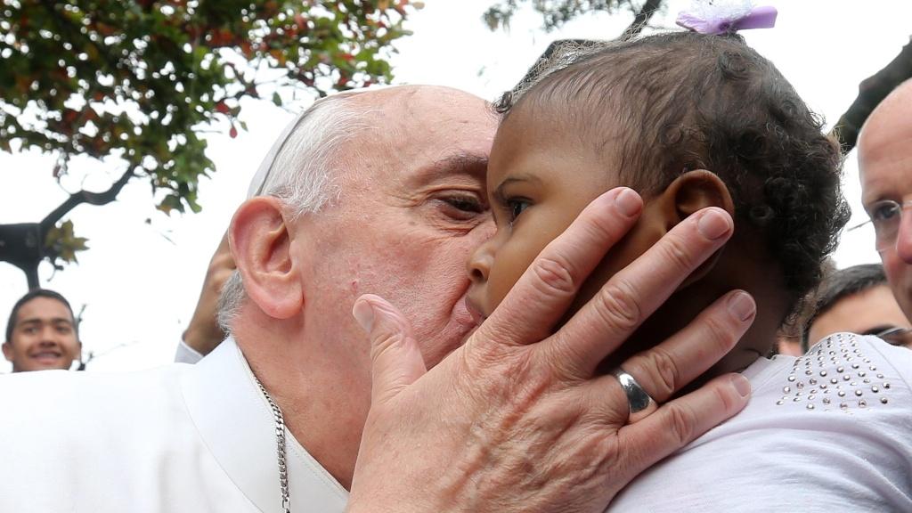 papa_francisco_beijando_bebe_negro