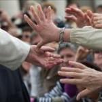 """Papa Francisco convida a contemplar o Crucificado, beijá-lo e dizer: """"Obrigado, Jesus!"""""""