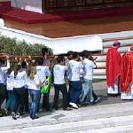 Jovens brasileiros entregam símbolos da JMJ a poloneses