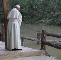 Papa reza em silêncio no local em que Jesus foi batizado