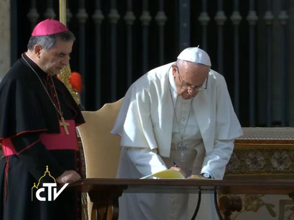 papa-assina-carta-apostolica-misericordia-et-misera