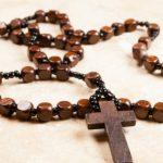 Os 15 benefícios prometidos por Nossa Senhora a quem rezar o terço