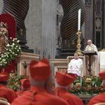 Papa a novos cardeais: colocar-se aos pés dos outros para servir