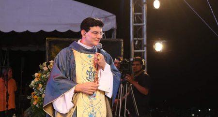 Padre Reginaldo Manzotti concede entrevista coletiva a jornalistas no Santuário de Fátima
